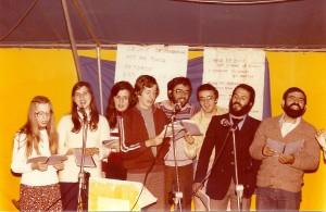 Les jeunes chantent sous la tente